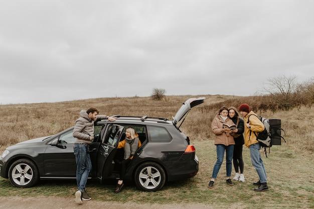 Groupe D'amis En Voyage Ensemble Photo gratuit