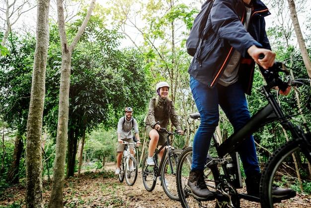 Groupe d'amis en vtt dans la forêt ensemble Photo Premium
