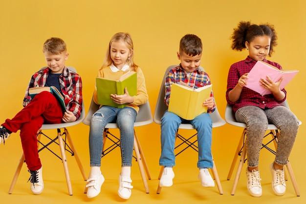 Groupe D'angle Faible De Lecture Pour Enfants Photo gratuit