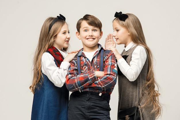 Groupe De Beaux Enfants Posant Photo gratuit