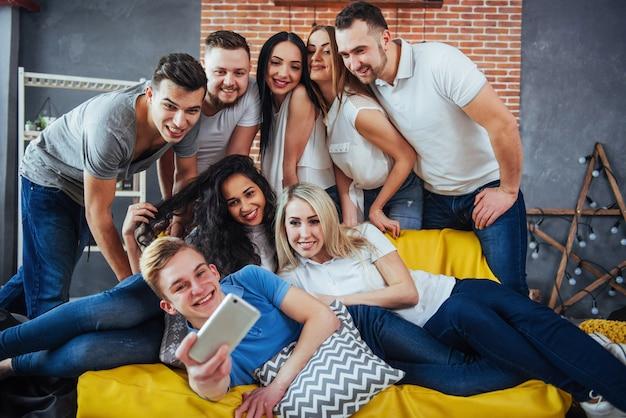 Groupe De Beaux Jeunes Faisant Selfie Dans Un Café, Meilleurs Amis Filles Et Garçons S'amusant Ensemble, Posant Un Style De Vie émotionnel Photo Premium