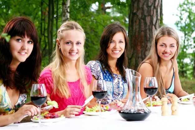 Groupe De Belles Filles Buvant Du Vin Photo gratuit