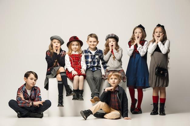 Le Groupe De Belles Filles Et Garçons Photo gratuit
