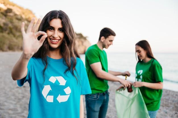 Groupe de bénévoles collecte des ordures à la plage Photo gratuit