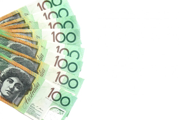 Groupe de billets australiens de 100 dollars sur fond blanc avec espace de copie pour le texte Photo Premium