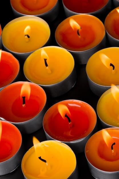 Groupe de bougies enflammées sur fond noir. contexte. Photo Premium