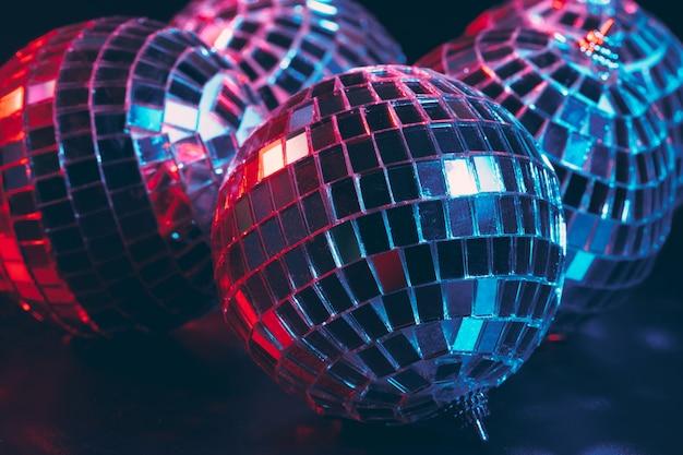 Groupe de boules disco brillantes sur sombre bouchent Photo Premium