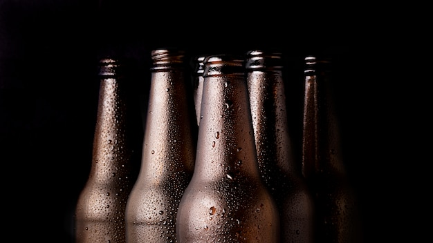 Groupe de bouteilles de bière noire Photo gratuit