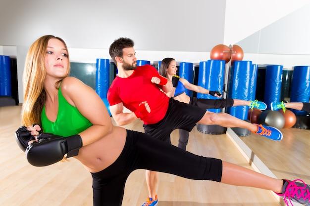 Groupe de boxe aérobox groupe low kick training au gym Photo Premium