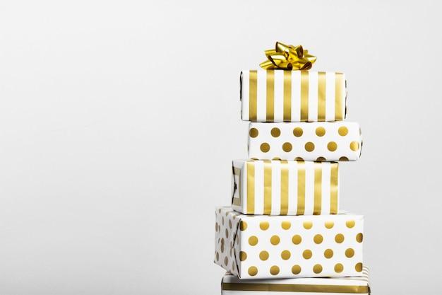Groupe de cadeaux en papier blanc et or sur fond gris Photo Premium