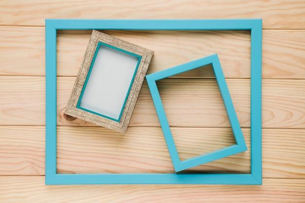 Groupe de cadres bleus sur fond en bois Photo gratuit