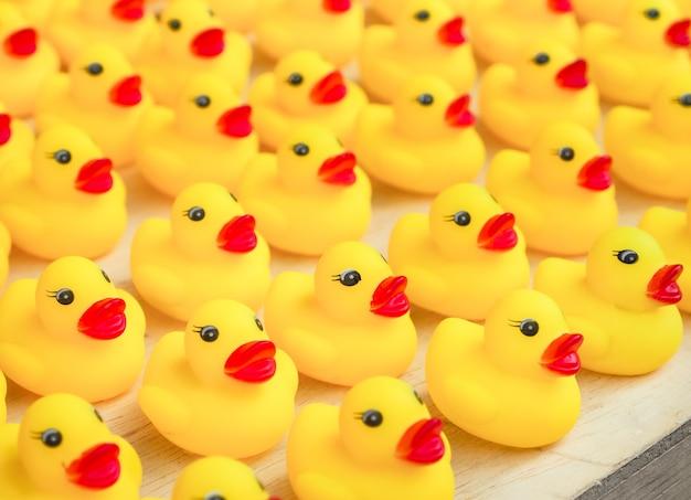 Groupe de canard en caoutchouc jaune jouet Photo Premium