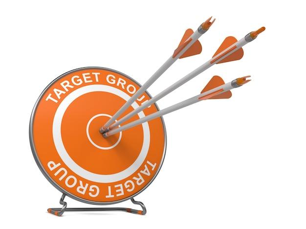 Groupe Ciblé. Trois Flèches Frappant Le Centre D'une Cible Orange, Où Se Trouve Photo Premium
