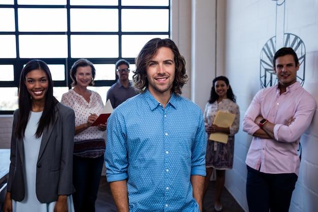 Groupe De Collègues Au Bureau Photo Premium