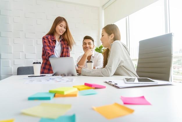 Groupe de collègues de réflexion et de réunion dans le bureau. concept de travail d'équipe commercial. Photo Premium
