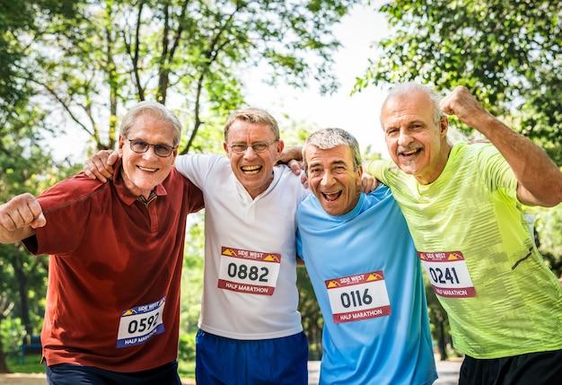 Groupe de coureurs seniors au parc Photo Premium