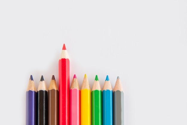 Groupe de crayon graphite et couleur, caoutchouc vert sur fond blanc avec copie d'espace Photo Premium