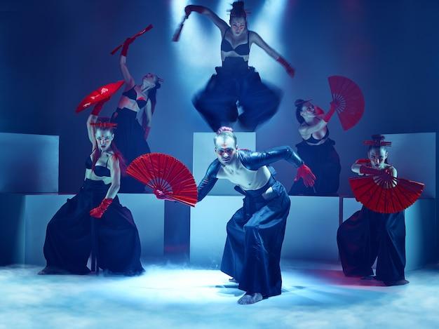 Le Groupe De Danseurs De Ballet Modernes Photo gratuit