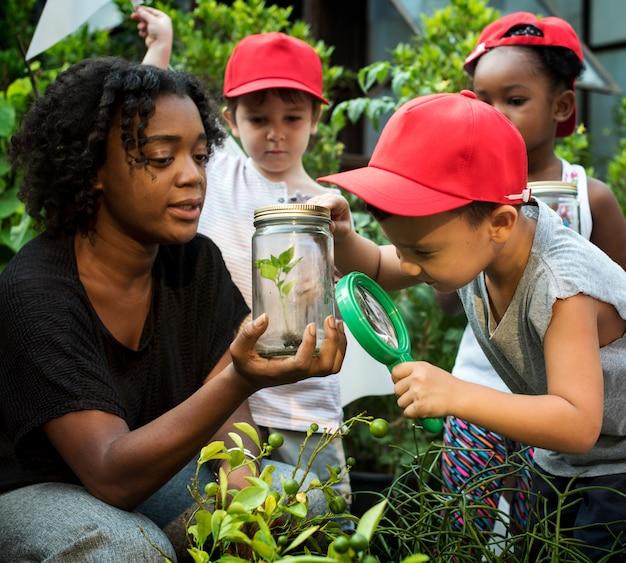 Groupe de divers milieux d'apprentissage pour enfants à la ferme Photo Premium
