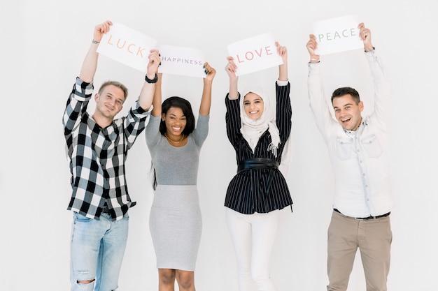 Groupe De Diverses Femmes Et Hommes Debout Ensemble Contre Fond Blanc Photo Premium