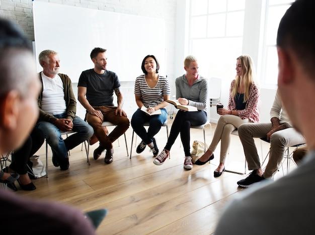 Groupe diversifié de personnes dans un séminaire Photo Premium
