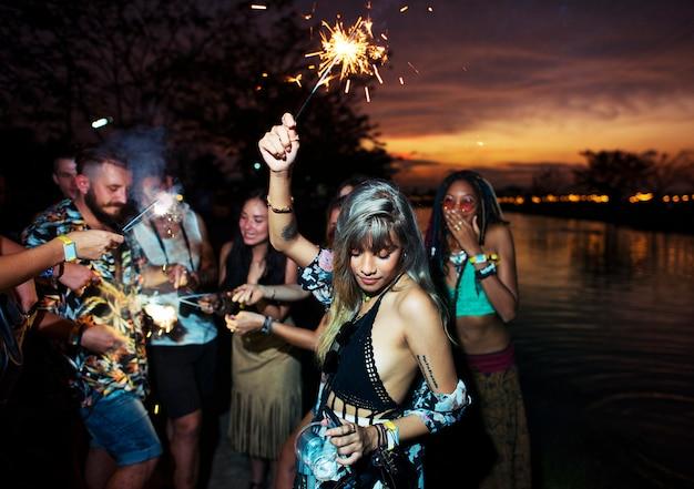 Groupe diversifié de personnes profitant d'un road trip et d'un festival Photo Premium