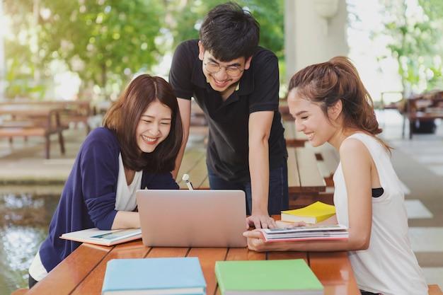 Groupe d'élèves faisant un rapport de groupe à l'école. Photo Premium