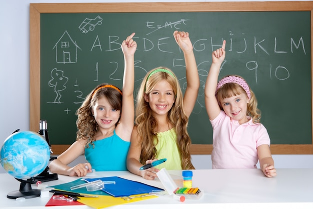Groupe d'élèves intelligents à la salle de classe Photo Premium