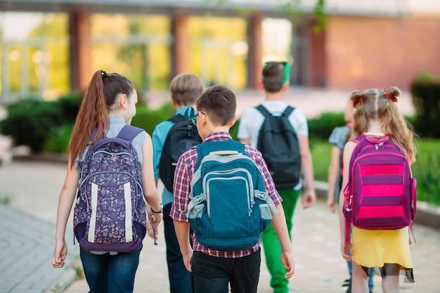 Groupe d'enfants allant à l'école ensemble. Photo Premium