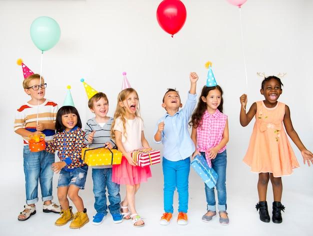 Groupe d'enfants célèbrent la fête d'anniversaire ensemble Photo Premium