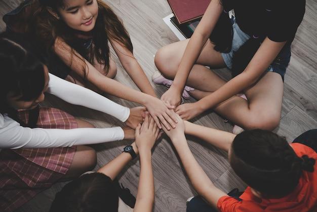 Groupe d'enfants divers s'unissent pour un travail d'équipe, concept d'éducation Photo Premium