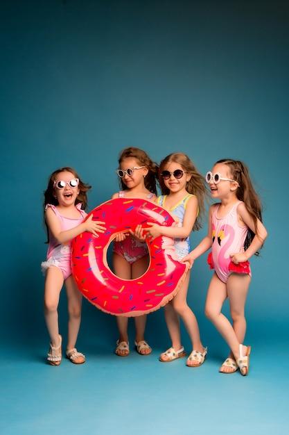 Groupe d'enfants filles en maillot de bain et lunettes de soleil Photo Premium