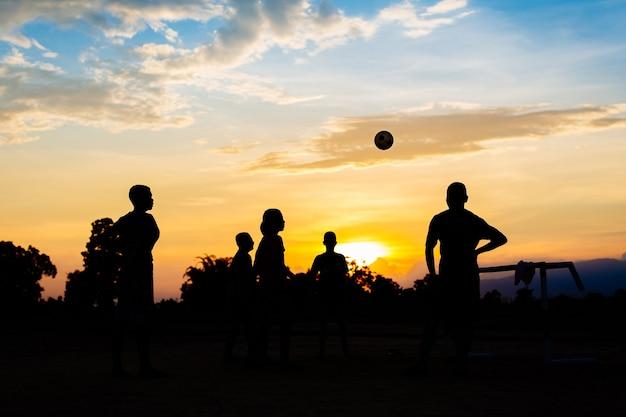 Groupe D'enfants (garçons) Jouent Au Football Soccer Pour L'exercice Dans La Journée Ensoleillée Photo Premium