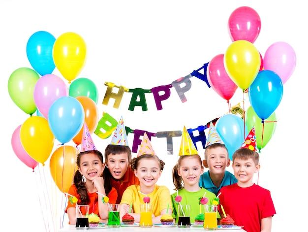 Groupe D'enfants Heureux En Chemises Colorées S'amusant à La Fête D'anniversaire - Isolé Sur Un Blanc Photo gratuit