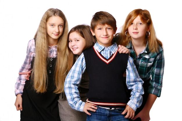 Groupe d'enfants mignons et heureux posant sur fond blanc Photo gratuit