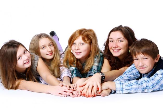 Groupe D'enfants Mignons Et Heureux Posant Photo gratuit