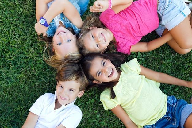 Un Groupe D'enfants S'amuse Dans Le Parc. Photo gratuit