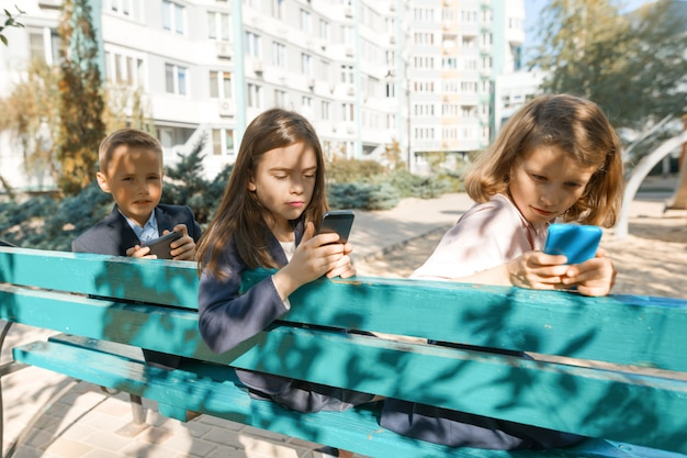 Groupe d'enfants avec téléphones portables Photo Premium