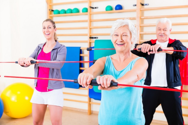 Groupe à l'entraînement physique avec bar gymnastique Photo Premium