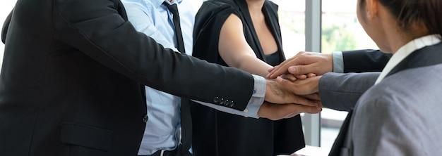 Groupe de l'équipe des entreprises réunissant les mains. concept de co-working et de travail en équipe Photo Premium