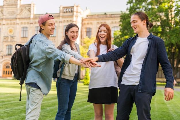 Un Groupe D'étudiants Heureux De Retourner à L'université Photo gratuit