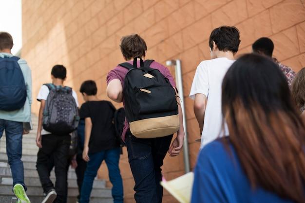 Groupe d'étudiants marchant dans l'école Photo Premium