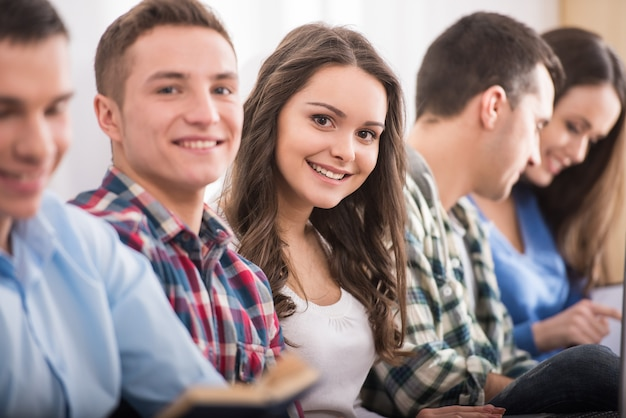 Groupe d'étudiants sont assis sur le sol. Photo Premium