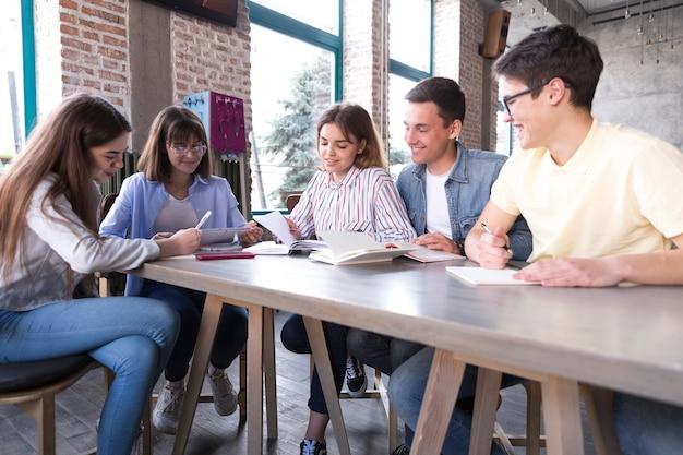Groupe d'étudiants à la table Photo gratuit
