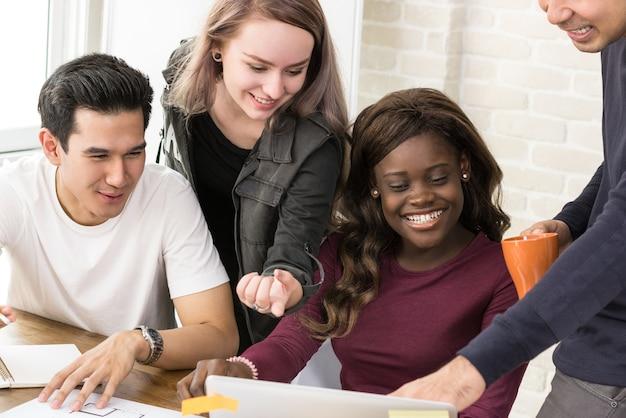 Groupe d'étudiants universitaires de race mixte travaillant ensemble Photo Premium