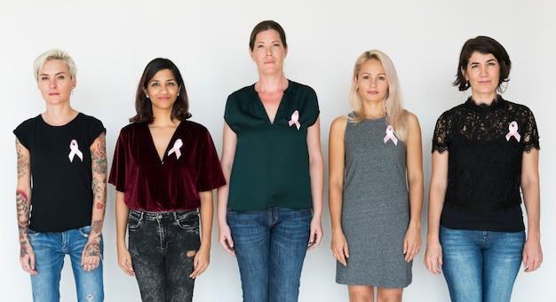 Groupe de femme divers avec studio de ruban rose Photo Premium