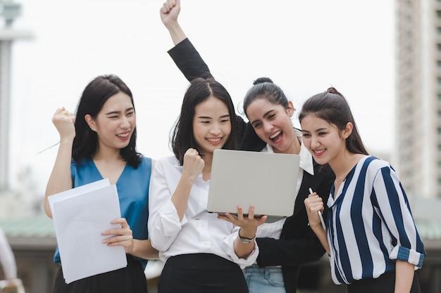 Groupe de femmes d'affaires asiatiques profiter travailleur en plein air Photo Premium