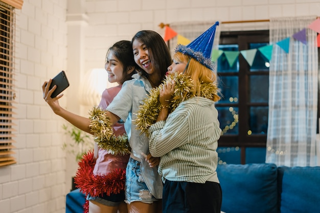 Groupe de femmes asiatiques fête à la maison Photo gratuit