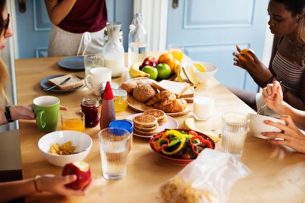 Un groupe de femmes diverses prenant le petit déjeuner ensemble Photo Premium
