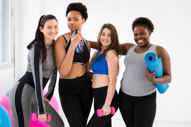 Groupe de femmes prenant des cours de fitness Photo gratuit